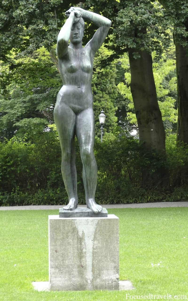 Naked-lady-statue-in-Winterthurs-city-garden