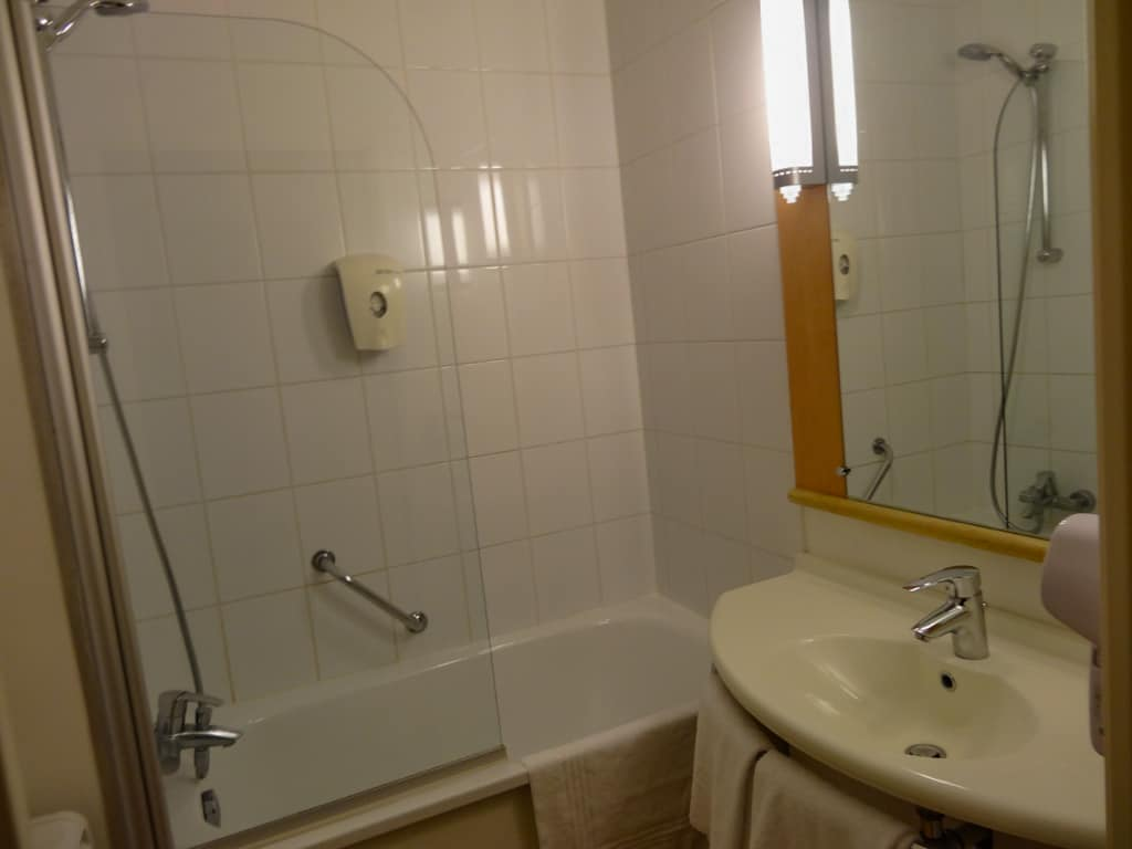 The bathroom in the Hotel ibis Brussels off-Grand Place